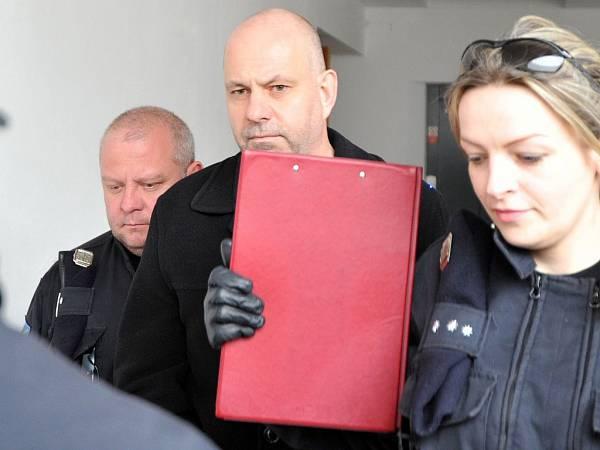Stíhání čtyř lidí v kauze Dědic zrušeno. Obvinění za korupci ale platí